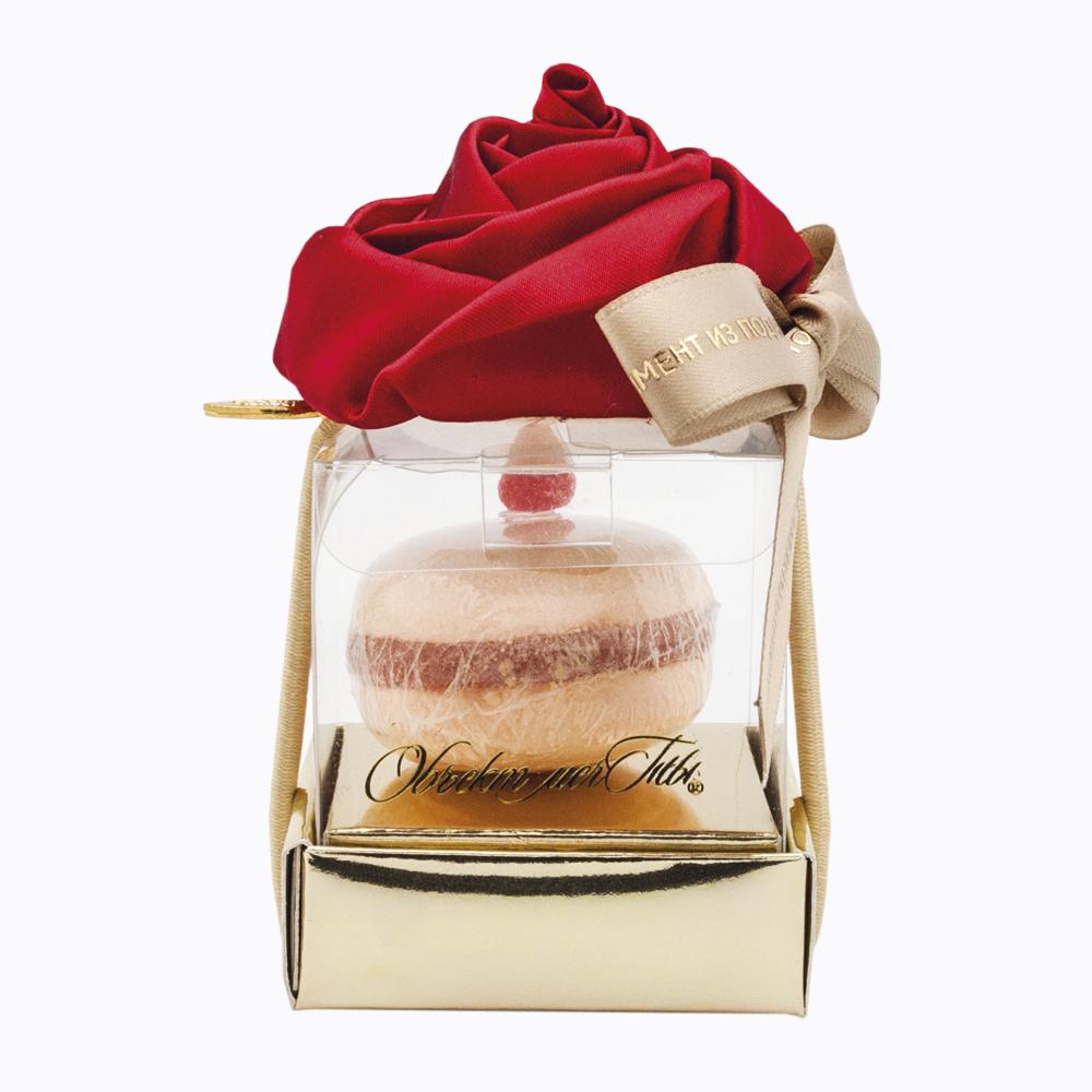Набор для прекрасных созданий Macaroons Персик с малиной081755Удивительный набор, представленный в виде французского пирожного Macaroon, не оставит равнодушной ни одну любительницу ванных процедур. Секрет кондитерского изыска - соль для ванны с мыльной прослойкой цвета абрикоса и персика. Украшает пирожное ягодка малины. Декор подарка - резинка для волос с алым цветком розы. Такой набор имеет двойной эффект: соль для ванны оказывает расслабляющее действие, а мыльная прослойка, превращаясь в воздушную пену, бережно согревает вас своим теплом. Соль и мыло упакованы в красивую подарочную коробочку на золоченой подставке. Подарок обрамляет благородная шелковая лента коричневого цвета. Подарки Объекта мечты - это яркие цветные великолепия. Комплимент - это подарок, демонстрирующий внимание к адресату. Комплимент не дожидается праздников, а превращает в праздник любой день. Проявляйте фантазию, преподнося такой подарок. Удивите ваших близких таким неожиданным и интересным подарком, ведь необычные подарки покоряют с первого...