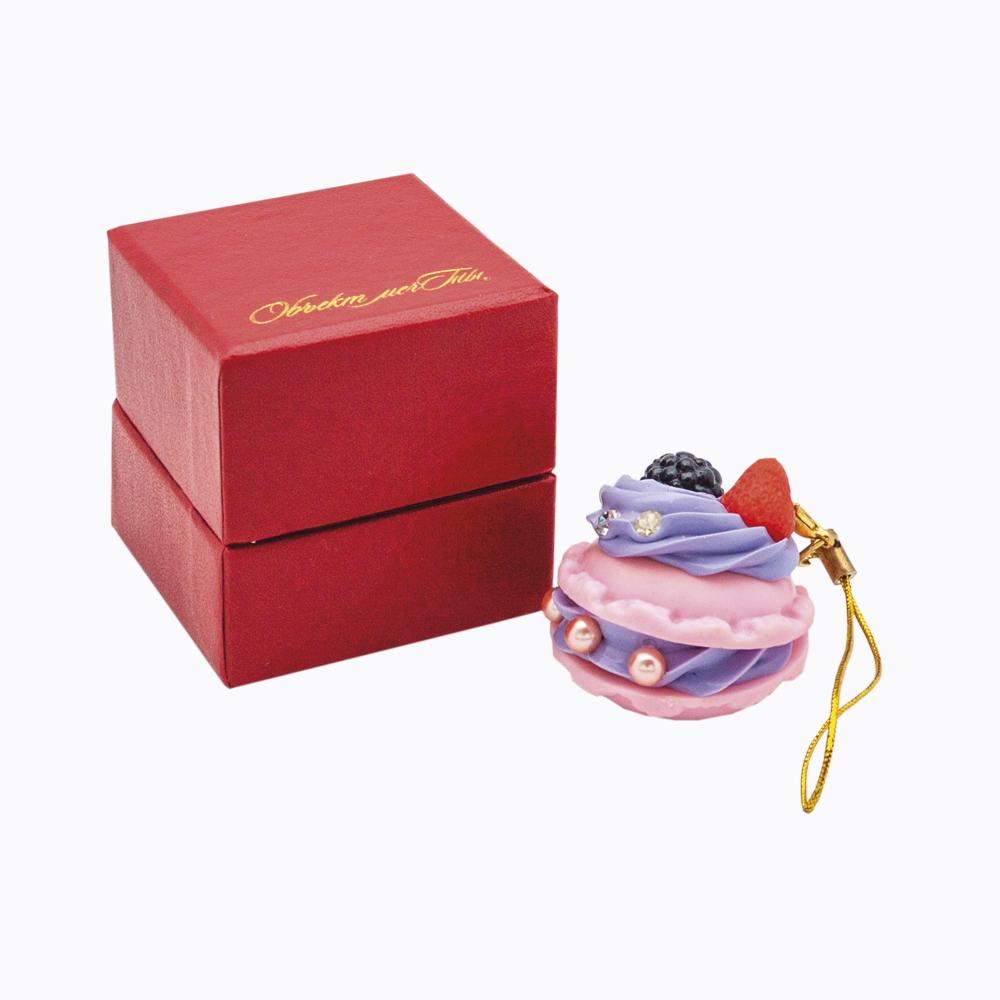 Брелок для ключей Ягодный сюрприз081823Брелок для ключей Ягодный сюрприз, выполненный из пластика и силикона в виде французского пирожного Macaroons, обязательно понравится всем любителям изысканных десертов. Ягода малины, ежевики, три розовых жемчужины и две белых стразы украшают изделие. Брелок оснащен золотистой веревочкой на карабине, с помощью которой им можно украсить не только ключи, но и сумочку. Так приятно открывать дверь любимого дома ключом с красивым брелоком. Особенно если этот брелок яркий и сразу бросается в глаза, так как ключи часто теряются или их тяжело найти в сумке. Ключи Ягодный сюрприз - это настоящий малиновый переполох. Радуйтесь сами и удивляйте близких! Подарок-брелок упакован в элегантную картонную коробочку алого цвета, схожую с коробочкой для ювелирных украшений.