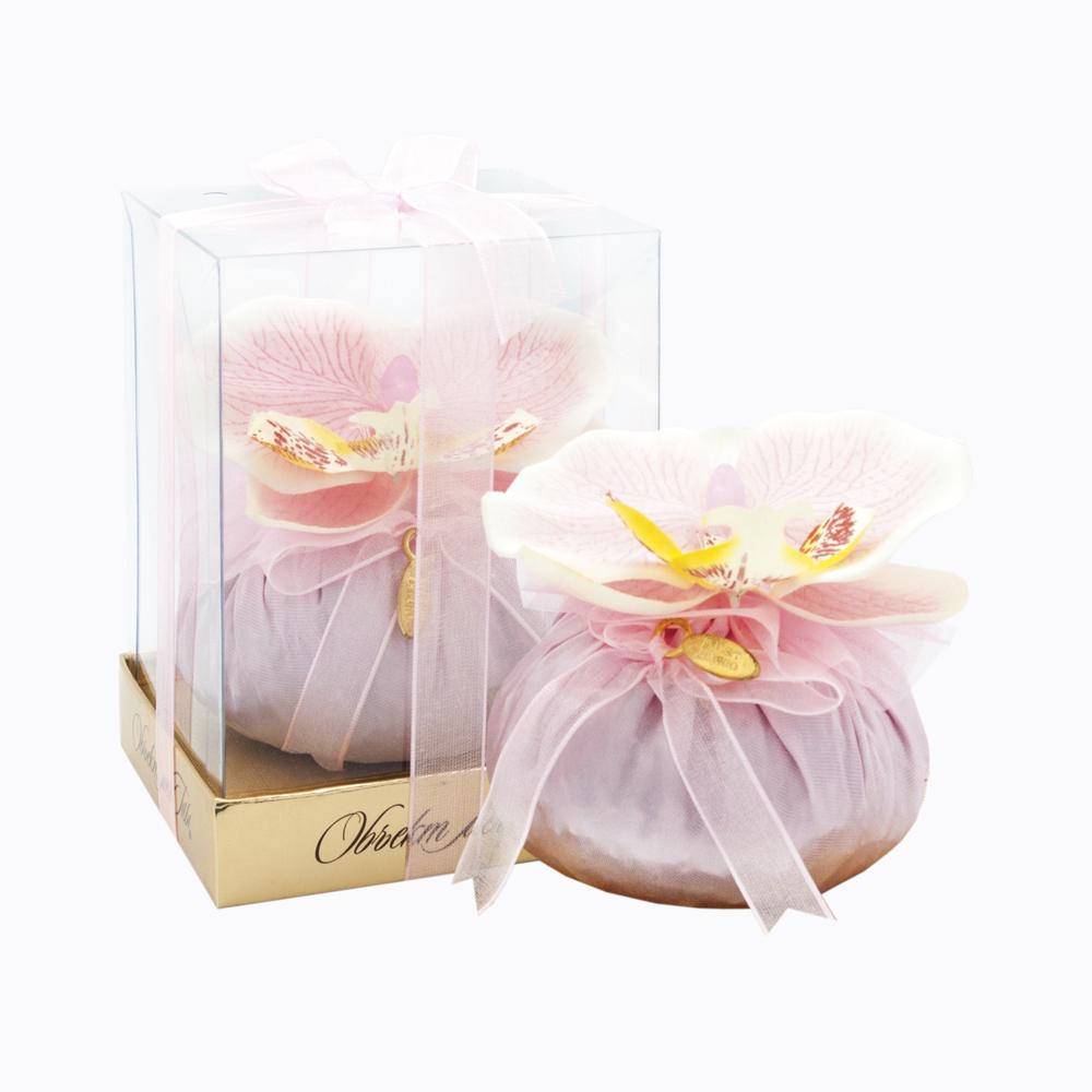 Саше для эстетов Розовая орхидея082196,83292Ароматическое саше Розовая орхидея подарит вашему дому приятный, ни с чем несравнимый цветочный аромат. Саше представляет собой мешочек, выполненный из полиэстера, с сухими цветами и ароматической отдушкой внутри. Саше расположено на мягкой золотистой подушечке. Мешочек венчает цветок розовой орхидеи - настоящей жемчужины в мире цветов, воплощением редкостной величественной красоты. Сбоку притаился кокетливый бантик с изысканной золотой подвеской. Саше упаковано в подарочную прозрачную коробку, украшенную светло-розового лентой. Комплимент - это подарок, демонстрирующий внимание к адресату. Комплимент не дожидается праздников, а превращает в праздник любой день. Удивите ваших близких таким неожиданным и интересным подарком, ведь необычные подарки покоряют с первого взгляда.