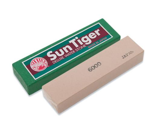 Камень точильный Tojiro Sun Tiger, водный, финишный, #6000SWP-060Точильный камень Tojiro Sun Tiger предназначен для заточки кухонных ножей. Камень имеет мелкозернистую поверхность, которая подходит для окончательной заточки и полировки лезвия. Перед использованием камень необходимо замочить в воде на 3-5 минут.