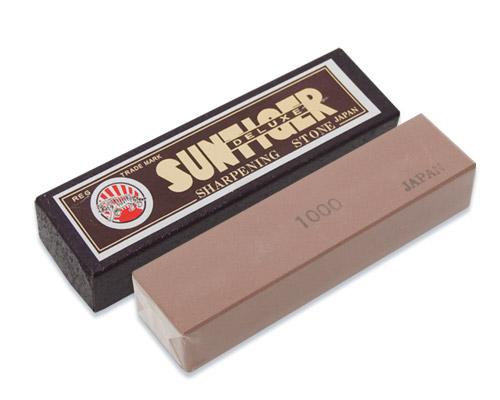 Камень точильный Tojiro Deluxe, водный, средний, # 1000SWP-010Точильный камень Tojiro Diamond предназначен для заточки кухонных ножей. Камень имеет среднезернистую поверхность, которая подходит для основной заточки лезвия. Перед использованием камень необходимо замочить в воде на 3-5 минут. Характеристики: Материал: абразивные материалы. Размер камня: 10 см х 2,5 см х 1,5 см. Зернистость: # 1000. Размер упаковки: 10,5 см х 3 см х 2 см. Артикул: SWP-010.