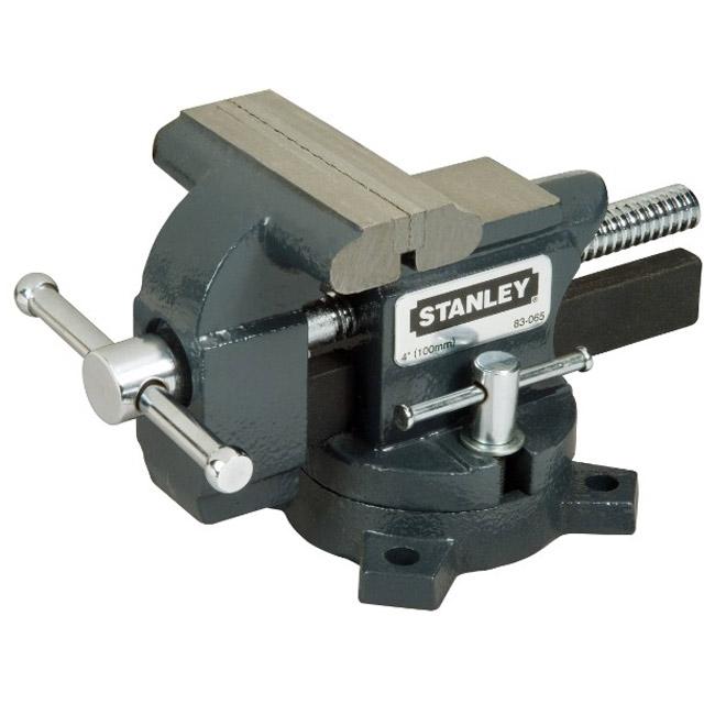 Тиски Stanley MaxSteel для небольшой нагрузки, усилие стяжки: 110 кг. 1-83-0651-83-065Тиски Stanley MaxSteel для небольшой нагрузки. Прочная чугунная конструкция. Накатанная резьба винтов обеспечивает плавную работу и продолжительный срок службы. Основание закрепляется болтами к верстаку для обеспечения стабильности. Поворотное основание с фиксацией для универсальности. Хромовое покрытие рукояток для сопротивления коррозии.