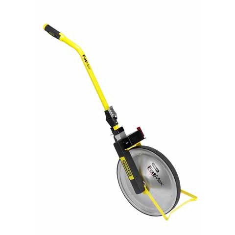 Колесо измерительное Stanley FatMax, дисковое. 1-77-1081-77-108Колесо измерительное Stanley FatMax предназначено для профессионального использования. Дисковое колесо делает конструкцию более прочной и предотвращает заедание колеса из-за попадания в него различных веток, растений и других предметов. Размер колеса в окружности - 1 м. Стальное колесо имеет прочную резиновую накладку, которая предотвращает проскальзование колеса практически на любых поверхностях. Стальной корпус и покрытие из порошковой краски обеспечивают прочность и долговечность конструкции. Механическая часть конструкции надежно защищена от пыли и грязи. Зубчатый ремень привода. Высокоточный металлический счетчик от 0 до 9999,99 м имеет большие, хорошо читаемые цифры. Большой удобный рычаг сброса показаний счетчика. Удобная рукоятка с пусковым курком начала измерений. Надежный тормозной механизм не позволяет смещаться колесу от известной точки. Прочная стальная опора колеса.