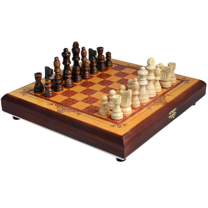 Шахматы малые Perfecto Золотистые, размер: 30х30х4см. sh-002sh-002Шахматы малые Золотистые представляют собой деревянный кейс с игровым полем и шахматные фигуры. Предметы набора выполнены из дерева. Кейс закрывается на металлический замок. Внешняя поверхность - игровое поле. Внутри хранятся шахматные фигуры. На дне имеется 4 пластиковых ножки для большей устойчивости. В игре могут принимать участие 2 человека. Шахматы - настольная логическая игра, которая соединяет в себе элементы и искусства, и науки, и спорта. Название берет начало из персидского языка шах и мат, что означает шах умер. Считается, что история шахмат насчитывает не менее полутора тысяч лет. Впервые наиболее близкая по смыслу игра появилась в Индии в 6 веке нашей эры, затем, претерпев некоторые изменения в правилах, начала распространяться в близлежащих странах. Модификации игры продолжались, пока в 19 веке не сформировались окончательные правила, необходимые для проведения международных турниров. Шахматы помогут развить логическое мышление и позволят вам интересно и...