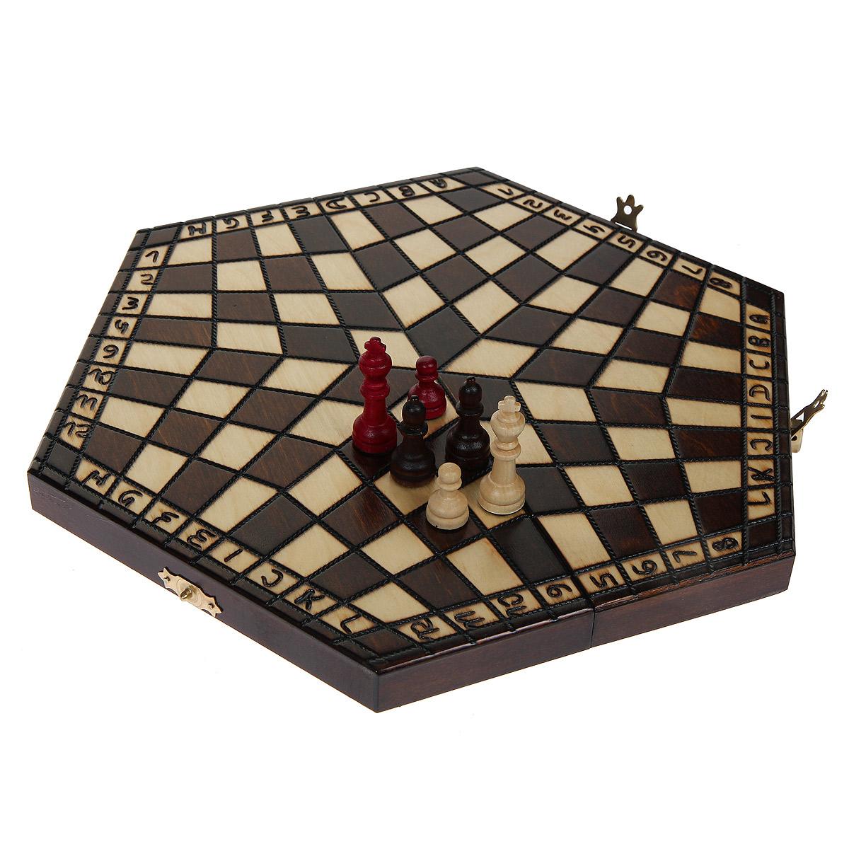 Шахматы Madon На троих, размер: 16х28х4,5 см. 01640164Шахматы На троих - это обычные классические шахматы, только для троих игроков. Игра представляет собой деревянный кейс, закрывающийся на два замка-защелки. Внешняя поверхность кейса - игровое поле в форме правильного шестиугольника, разделенное на три зоны по 32 клеточки на каждой из них. В этом основное отличие от классических шахмат. Внутри - 3 ячейки для хранения шахматных фигур. Все фигуры разных цветов (красный, коричневый, слоновая кость). Внутренняя поверхность кейса отделана бархатистой тканью зеленого цвета. Шахматная игра до сих пор была ограничена количеством двоих участников, в которой лучший игрок выигрывал с монотонной регулярностью. Шахматы На троих - это та же классическая игра, известная всем, но усовершенствованная для троих игроков, что делает ее уникальной и еще более интересной. В комплекте - подробная инструкция с правилами игры.