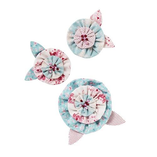 Набор для шитья брошек Tilda Летние цветы. 480515480515Набор для шитья брошек Tilda Летние цветы прекрасно подойдет для изготовления оригинальных и ярких украшений. Набор содержит инструкцию с выкройкой, 4 лоскута ткани, 3 моточка ниток, 3 иголки, 3 булавки-крепления, бусины.