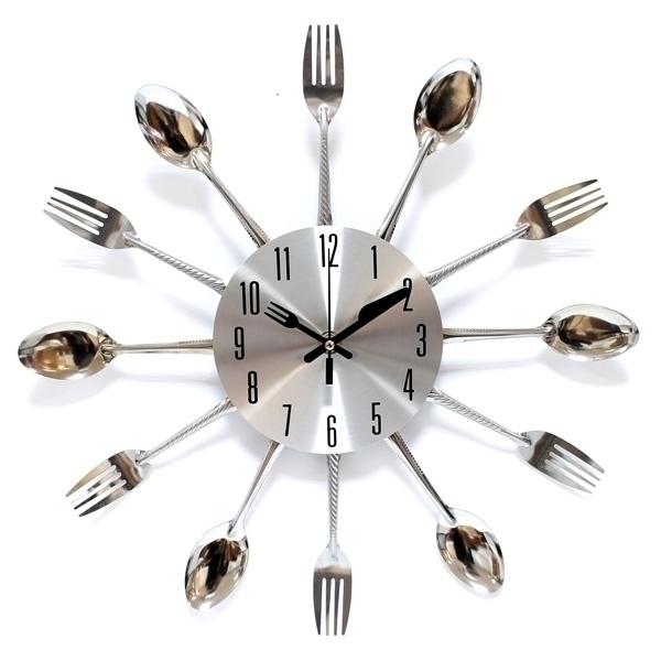 Часы настенные Эврика, цвет: серебристый. 9496194961Часы настенные Эврика выполнены из пластика серебристого цвета и декорированы ложками и вилками по кругу. Часы имеют отверстие для крепления на стену. Часы снабжены тремя стрелками - часовой, минутной и секундной выполнены в виде вилки и ножа. Циферблат часов не защищен стеклом. <br Забавный и удивительный подарок домохозяйке на новоселье или просто как яркое украшение даже для самой обычной кухни. Ваши гости точно не останутся равнодушными и, скорее всего, спросят: Откуда на Вашей кухне такая красота!?