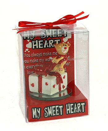 Фигурка декоративная Мишка-валентинка, цвет: красный. 123428123428Декоративная фигурка Мишка-валентинка выполнена из полистоуна и стекла в виде забавного медвежонка с подарком. Фигурка упакована в пластиковую коробочку с красным бантиком на верху. Эта очаровательная фигурка послужит отличным функциональным подарком, а также подарит приятные мгновения и окунет вас в лучшие воспоминания. Характеристики: Материал: полистоун, стекло. Размер фигурки: 5 см х 4,5 см х 4,5 см. Цвет: красный. Артикул: 123428.