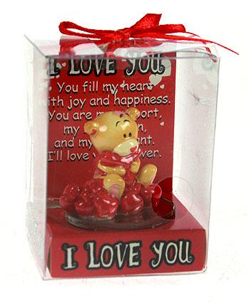 Фигурка декоративная Мишка-валентинка, цвет: красный. 123429123429Декоративная фигурка Мишка-валентинка выполнена из полистоуна и стекла в виде забавного медвежонка бежевого цвета держащий в лапках красное сердечко и сидящий на сердечках. Фигурка упакована в пластиковую коробочку с красным бантиком на верху. Эта очаровательная фигурка послужит отличным функциональным подарком, а также подарит приятные мгновения и окунет вас в лучшие воспоминания. Характеристики: Материал: полистоун, стекло. Размер фигурки: 4 см х 4,5 см х 4,5 см. Цвет: красный. Артикул: 123429.