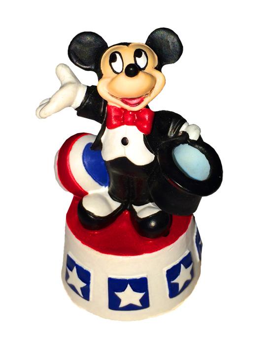 Статуэтка Микки Маус от Lenoх. Фарфор, ручная роспись. Китай, 2000-е годыПБ ДПА 16082016-3Статуэтка Микки Маус от Lenoх. Фарфор, ручная роспись. Китай, 2000-е годы. Статуэтка произведена по лицензии компании Walt Disney. Размер статуэтки 5 х 4 х 3,5 см. Сохранность очень хорошая. На дне стоят клейма Lenox и Disney.