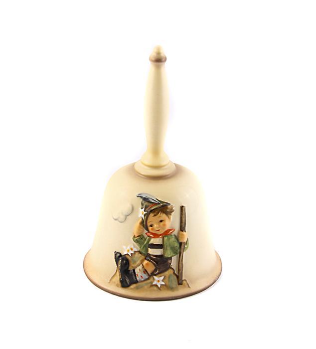 Колокольчик Альпинист 1984 г. Фарфор, ручная роспись. Hummel, Goebel. Германия, 1980 годПКППМПКолокольчик Альпинист 1984 г. Фарфор, ручная роспись. Hummel, Goebel. Германия, 1980 год. Размер: высота 15,5 см, длина 10,5 см, ширина 9 см. Сохранность хорошая. На передней части колокольчика изображение альпиниста покорившего горку, на задней 1984 год с надписью M.J.Hummel. Внутри колокольчика маркировка Goebel. Седьмое издание в коллекции. Изделие фирмы Гебель станет неповторимым украшением Вашего интерьера и сделает его оригинальным и изысканным! Это великолепная идея для подарка и замечательный экспонат Вашей коллекции фарфора! Узнаваемая продукция компании Goebel привлекает коллекционеров фарфора со всего мира. Марка Гебель - одна из самых престижных фирм в мире по производству изделий из фарфора. Все изделия выполнены по рисунками монахини Марии Иннокентии Хюммель и получили всемирную известность.