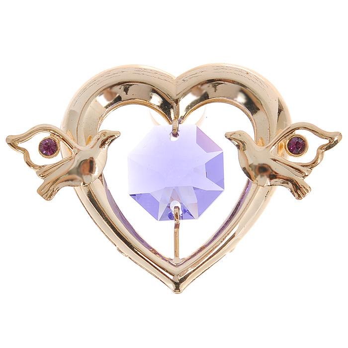Фигурка декоративная Сердце, на присоске, цвет: золотистый, фиолетовый. 6735267352Притягательный блеск и невероятная утонченность декоративной фигурки Сердце великолепно дополнят интерьер и, несомненно, не останутся без внимания. Фигурка выполнена из металла с блестящим золотистым покрытием в виде сердечка на присоске, украшенного фигурками голубков и крупным кристаллом Swarovski. Декоративная фигурка Клубничка послужит прекрасным подарком ценителю изысканных и элегантных вещиц. Характеристики: Материал: металл, кристаллы Swarovski. Размер фигурки: 3 см х 0,5 см х 3,5 см. Цвет: золотистый, фиолетовый. Артикул: 67352.