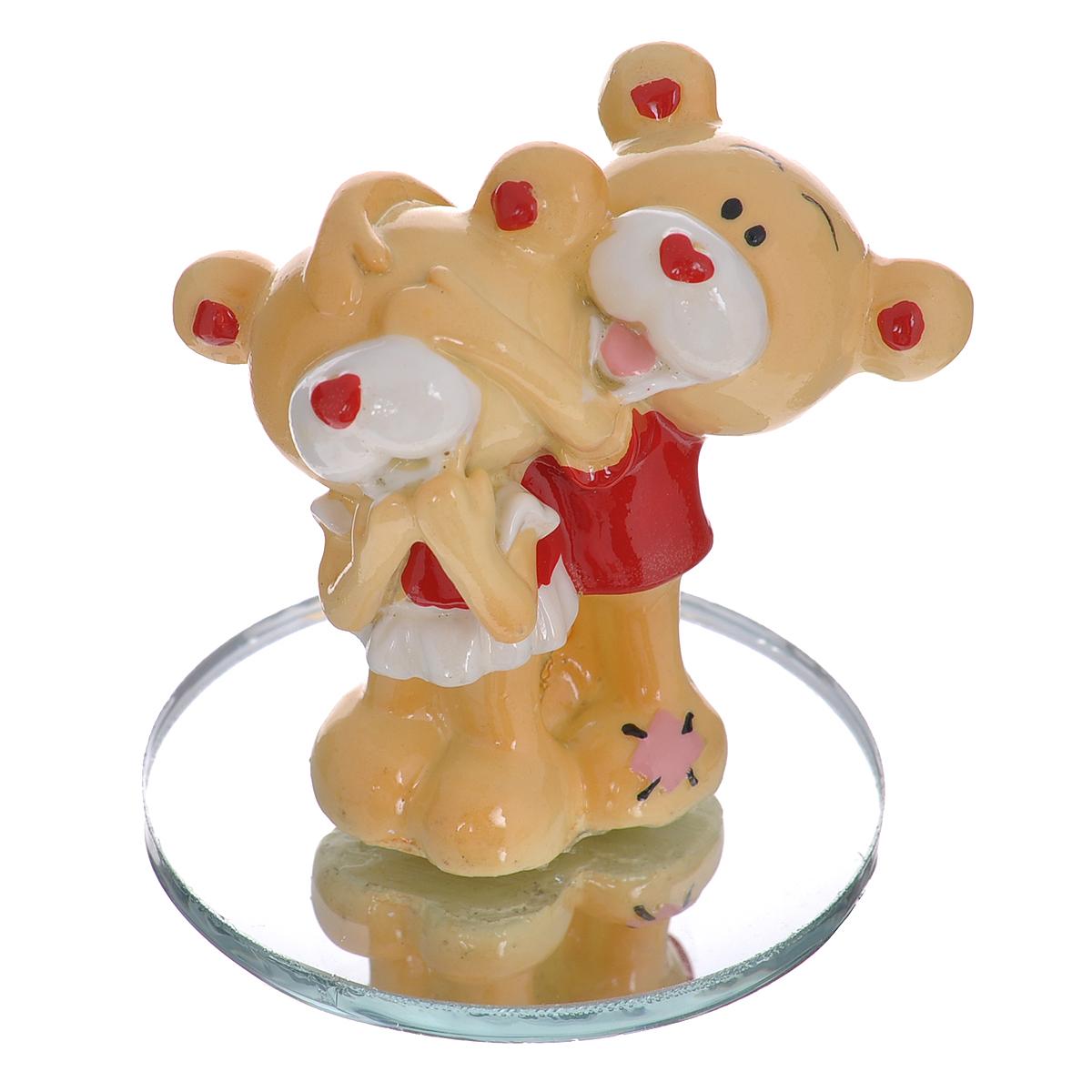 Фигурка декоративная Мишка-валентинка. 123431123431Декоративная фигурка Мишка-валентинка изготовлена из полистоуна в виде двух милых медвежат. Фигурка помещается на круглую зеркальную подставку. Такая фигурка станет идеальным сувениром ко Дню Святого Валентина, она без лишних слов выразит все ваши чувства. Фигурка упакована в подарочную коробку, перевязанную красной атласной лентой. Характеристики: Материал: полистоун, стекло. Цвет: бежевый, красный. Высота фигурки: 5,5 см. Диаметр основания: 5 см. Размер упаковки: 7,5 см х 6 см х 10 см. Артикул: 123431.