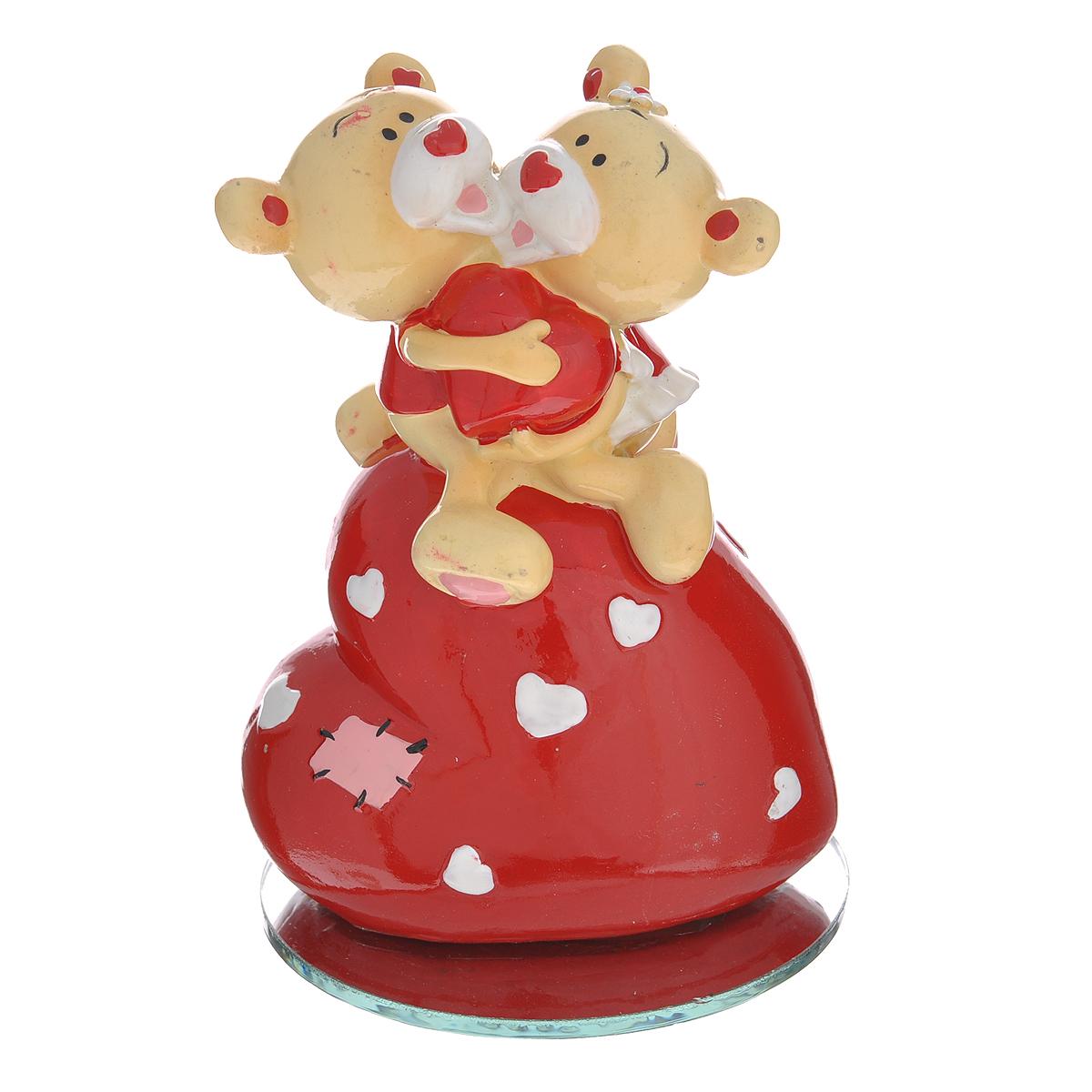 Фигурка декоративная Мишка-валентинка, цвет: красный. 123439123439Декоративная фигурка Мишка-валентинка выполнена из полистоуна и стекла в виде парочки обнимающихся медвежат на большом сердечке. Эта очаровательная фигурка послужит отличным функциональным подарком, а также подарит приятные мгновения и окунет вас в лучшие воспоминания. Характеристики: Материал: полистоун, стекло. Размер фигурки: 7,5 см х 3,5 см х 11 см. Цвет: красный. Артикул: 123439.