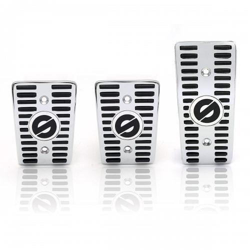 Накладки на педали Sparco Classic, алюминиевые, цвет: серебристый, черный, 3 шт, 1/30SPC/PD-CLS AL/BK (3)Комплект накладок на педали Sparco Classic, изготовленных из хромированного алюминия, сочетает в себе привлекательный внешний вид и функциональность. Накладки оснащены резиновыми вставками, которые предотвращают соскальзывание ног с педалей управления, а также придают салону автомобиля спортивные черты. Универсальные накладки на педали совместимы с большинством автомобилей, оснащенных механической трансмиссией, за исключением отдельных моделей Mercedes-Benz, BMW и Mini. При установке изделий, как правило, требуется сверление штатных педалей автомобиля. Для монтажа накладок к комплекту прилагаются необходимые крепежные элементы и инструкция по установке. Характеристики: Материал: алюминий, резина. Цвет: серебристый, черный. Комплектация: 3 шт. Размеры накладок на педаль тормоза и сцепления: 81,5 х 60 мм. Размеры накладки на педаль акселератора: 114 х 53 мм. Размер упаковки: 31 см х 15 см х 12 см. Артикул:...