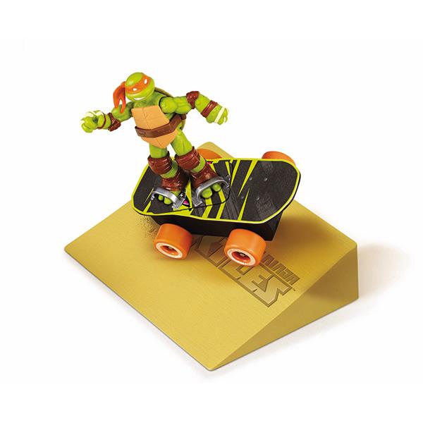 Суперскейт Turtles, с рампой94051Суперскейт Turtles непременно понравится вашему ребенку и надолго займет его внимание. Набор выполнен из безопасных материалов и включает игрушку в виде скейтборда, подставку на него с креплениями для ног и рампа. Скейтборд оснащен инерционным механизмом: стоит откатить его назад, слегка нажав на него, затем отпустить, и доска молниеносно помчится вперед. Прорезиненные шины обеспечивают хорошее сцепление с поверхностью рампы или пола. Два режима подвески позволяют выполнить более 10 различных трюков: разворот на месте на 360° вокруг своей оси, при столкновении с препятствием разворот на 360° вокруг своей оси и многое другое. Ваш ребенок с удовольствием будет играть с этим набором, придумывая различные истории. Порадуйте его таким замечательным подарком! Характеристики: Материал: пластик, резина. Длина скейтборда: 14,5 см. Размер рампы (ДхШхВ): 18,5 см x 15,5 см х 5 см. Размер упаковки (ДхШхВ): 24 см x 19 см х 6,5...