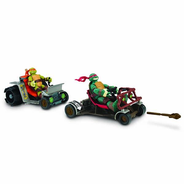 Патрульные Багги Turtles Раф и Майки94034Патрульные Багги Turtles Раф и Майки непременно понравятся вашему ребенку и надолго займут его внимание. В комплект входят патрульные багги Рафаэля и Микеланджело - две скоростные машины, оснащенные стыковочными механизмами, а также ракета для запуска. Как и в мультфильме, патрульные багги могут ездить как по отдельности, так и сцепляться между собой, образуя большое транспортное средство из 2-х или даже 4-х Багги. Боевые машины призваны поднять искусство ниндзюцу на новый уровень! Ваш ребенок с удовольствием будет играть с машинками, придумывая различные истории. Порадуйте его таким замечательным подарком! Характеристики: Размер багги Майки: 13 см х 10 см х 15,5 см. Размер багги Рафа: 11 см х 6 см х 16 см. Размер упаковки (ДхШхВ): 33 см x 10,5 см х 19 см. Фигурки Черепашек-Ниндзя в комплект не входят.