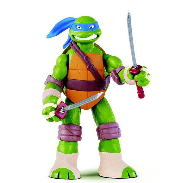 Фигурка Turtles Леонардо, 28 см91221Фигурка Turtles Леонардо станет прекрасным подарком для вашего ребенка. Она выполнена из прочного пластика в виде персонажа команды TMNT - Черепашки-Ниндзя Леонардо. Голова, руки и ноги фигурки подвижны, что позволит придавать Леонардо различные позы. В комплект входят два меча, два сюрикена и два кинжала, которые можно спрятать в боевом панцире Леонардо. Вооруженные до зубов огромные Черепашки с пуленепробиваемыми панцирями победят любого монстра, встретившегося у них на пути! Ваш ребенок будет часами играть с этой фигуркой, придумывая различные истории с участием любимого героя. Они подверглись мутации и обучались искусству ниндзюцу у великого сэнсэя Сплинтера. Черепашки-Ниндзя готовы выбраться из своего секретного убежища и спасти мир от сил зла! Черепашки-Ниндзя впервые появились на страницах комиксов в далеких 80-х. Черепашки перебрались на телевидение по воле студии Murakami-Wolf-Swenson (MWS) и продолжали радовать своих поклонников в течение десяти...