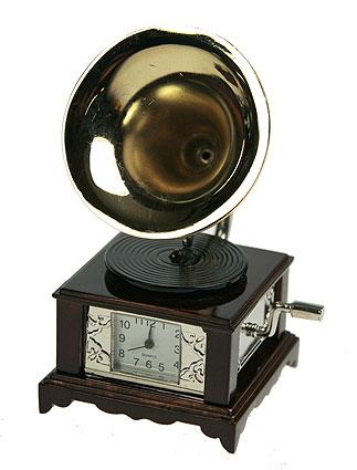 Часы настольные Граммофон. 2241422414Оригинальный дизайн настольных часов Граммофон разработан в классическом стиле, с учетом современных тенденций оформления интерьеров. Выполненные из металлического сплава в виде граммофона, эти часы, несомненно, будут привлекать к себе внимание. Часы с кварцевым механизмом работают плавно и бесшумно и требуют лишь примерно раз в год замены батарейки. На циферблате имеются часовая, минутная и секундная стрелки. Есть возможность подведения стрелок. Такие часы легко впишутся в любой интерьер и станут великолепным подарком!