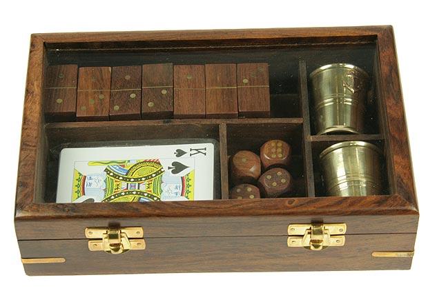 Подарочный игровой набор Домино, игральные карты, кости. 3319533195Подарочный игровой набор, состоящий из колоды игральных карт, домино, игральных костей и двух стаканчиков, послужит отличным подарком для любителя настольных игр. Предметы набора хранятся в деревянной шкатулке со стеклянной крышкой. Лаконичность оформления в сочетании с качеством используемых материалов - залог презентабельности вашего подарка.