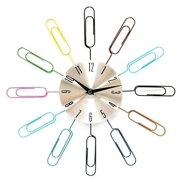 Часы настенные Скрепки. 9504595045Настенные часы Скрепки - это функциональное устройство, которое оригинально украсит интерьер. Часы по кругу декорированы разноцветными скрепками и оснащены двумя стрелками - часовой и минутной. Изделие выполнено из металла. Часы легко можно подвесить в удобном для вас месте. Кроме того, такие настенные часы могут стать отличным подарком для ценителя ярких и качественных вещей.