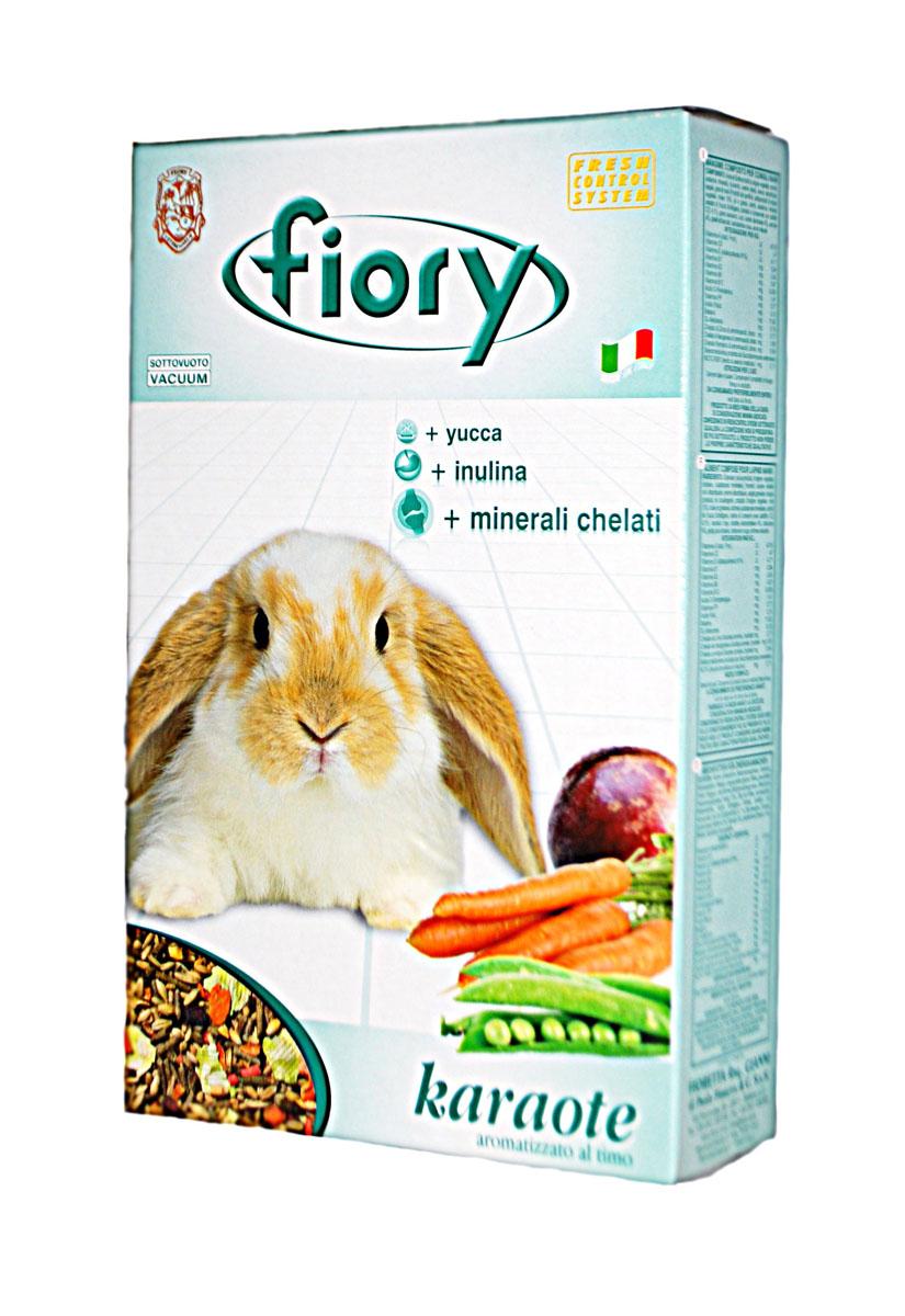 Корм для кроликов Fiory Karaote, 850 г06540Корм для кроликов Fiory Karaote обеспечивает карликовых кроликов не менее, чем двенадцатью различными элементами. В этой смеси для кроликов была использована высококачественная сушеная морковь (равная по содержанию 28% свежей моркови). Приправленная провансальским чабрецом смесь понравится вашим любимцам, благодаря входящим в ее состав компонентам: моркови, свекловице, толченому горошку и бобам рожкового дерева. Другой характеристикой нашей смеси является добавление гранул: - Инулин - инулин вырабатывает в кишечнике животных органический субстрат, необходимый для роста полезных микроорганизмов (bifidobacteria и lactobacilli), которые препятствуют деятельности вредных бактерий. - Юкка - растение Юкка (Yucca Schidigera) снижает количество аммонидов, устраняя кислый запах кала, а также защищает дыхательную систему. - Келатные минералы - келатные минералы обладают многообразным иммуностимулирующим действием, способствующим развитию клеток. Состав:...