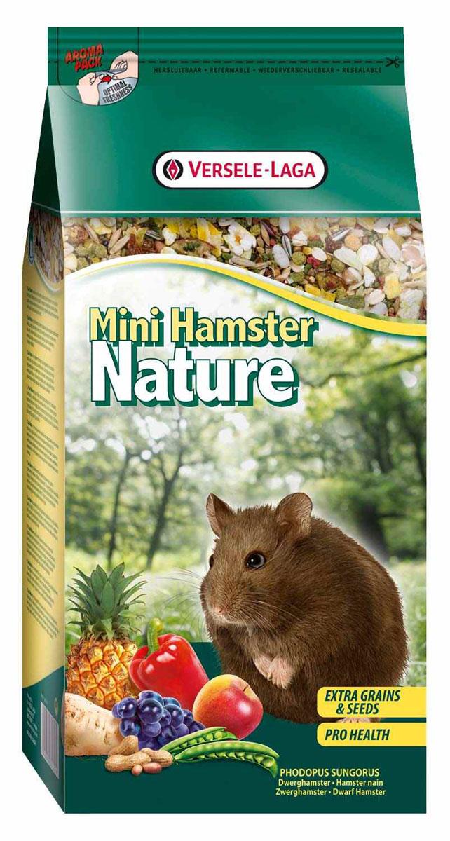 Корм для карликовых хомяков Versele-Laga Mini Hamster Nature, 400 г461366Versele-Laga Mini Hamster Nature - это полноценный основной корм для карликовых хомяков, разработанный в соответствии с их пищевыми потребностями. Это высококачественная смесь природных компонентов, которая содержит все необходимые для организма питательные вещества, витамины, минералы и аминокислоты, необходимые для жизнерадостной и здоровой жизни вашего питомца. Versele-Laga Mini Hamster Nature содержит дополнительное количество зерен, семян, орехов, фруктов, трав, овощей и добавок, важных для здоровья: обеспечивает превосходное пищеварение, гигиену полости рта, сияющую шерсть и великолепное здоровье. Широкое разнообразие ингредиентов гарантирует превосходный вкус и усвояемость. Указания к использованию Рекомендуемая дневная порция для карликового хомяка составляет приблизительно 10 грамм. Обеспечивайте вашему питомцу свежий корм и питьевую воду ежедневно. Состав: злаки, семена, овощи, продукты растительного происхождения, экстракты ...
