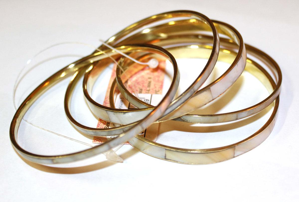 Браслет Ethnica, 5 шт. 09505095050 БелыйСтильный браслет Ethnica выполнен из блестящего золотистого металла с разноцветной внешней поверхностью. Комплект включает пять несоединенных браслета разной ширины. С таким модным ярким аксессуаром вы сможете каждый день экспериментировать со своим образом, привнося в него новые краски и настроения. Будьте всегда неотразимы!