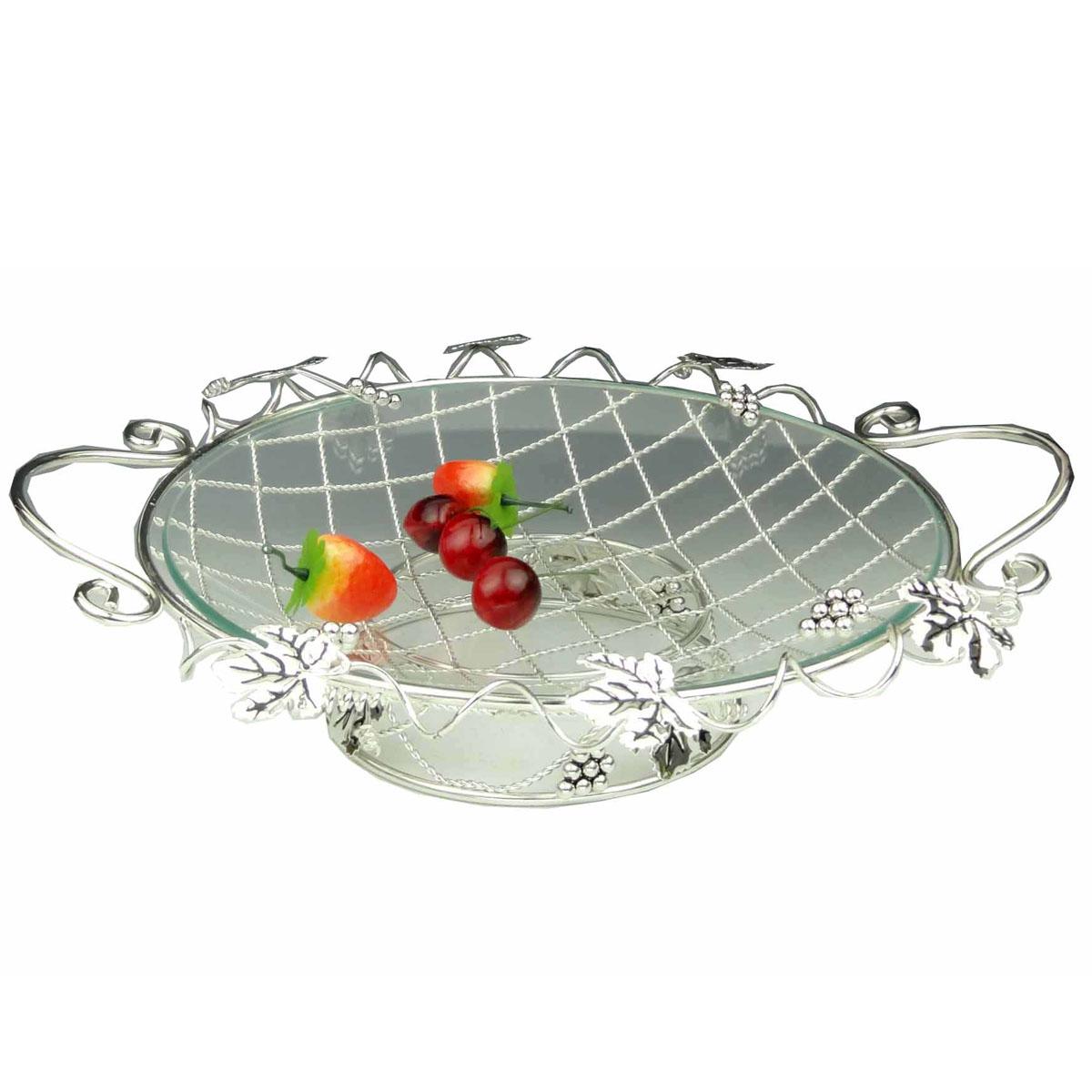 Ваза универсальная Marquis, диаметр 35 см7013-MRУниверсальная ваза Marquis выполнена из стали с серебряно-никелевым покрытием и снабжена съемным круглым поддоном из прочного стекла. Стальная ножка обеспечивает устойчивость вазы. Ваза выполнена в виде плетеной стальной решетки, украшенной листьями и гроздьями винограда. По бокам имеются удобные ручки. Посуда может использоваться как фруктовница. Выполненная под старину, такая ваза придется по вкусу и ценителям классики, и тем, кто предпочитает утонченность и изысканность. Сервировка праздничного стола вазой Marquis станет великолепным украшением любого торжества.