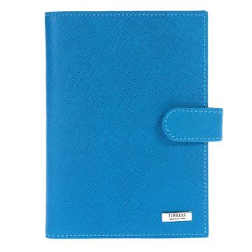 Бумажник водителя Tirelli Виктория, цвет: голубой. 15-320-0215-320-02Бумажник водителя Tirelli Виктория изготовлен из натуральной кожи голубого цвета с рельефной текстурой. Бумажник закрывается при помощи хлястика на кнопку. Внутри содержится съемный блок из 6 прозрачных пластиковых файлов разного размера для автодокументов. С внутренней стороны обложки имеется 3 прорезных кармашка для пластиковых карт, прозрачное окошко для фотографии и потайной кармашек для мелких бумаг. Стильный бумажник не только защитит ваши документы, но и станет стильным аксессуаром, подчеркивающим ваш образ. Изделие упаковано в подарочную коробку синего цвета с логотипом фирмы Tirelli. Характеристики: Материал: натуральная кожа, металл, пластик. Цвет: голубой. Размер бумажника: 10 см х 13,7 см х 1 см. Размер упаковки: 15,5 см х 11,5 см х 2,5 см. Артикул: 15-320-02.