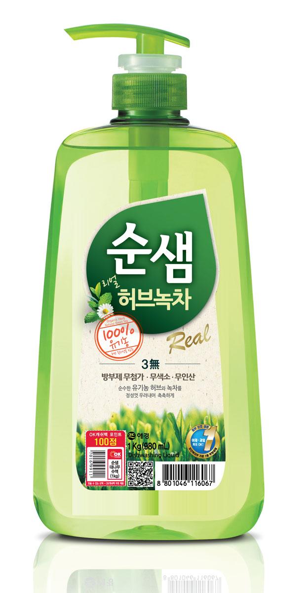 Средство для мытья посуды Soonsaem Зеленый чай, 1 л902998Моющее средство Soonsaem Зеленый чай обладает очищающим эффектом благодаря содержанию природных очищающих компонентов. Благодаря системе «Эко-Мульти ПАВ» с сапонинами зеленого чая, средство превосходно справляется со всеми загрязнениями, в том числе с застывшим жиром. Зеленый чай и тщательно подобранные травы защищают кожу рук, воздействуют на нее успокаивающе, удаляют жир с посуды, а молочко бамбука увлажняет кожу после мытья посуды. Благодаря специальной системе (отсутствие в составе антисептического средства, отсутствие красящего вещества и фосфорной кислоты) средство безопасно для человека и окружающей среды. Моющее средство можно использовать для мытья овощей и фруктов, что является несомненным достоинством. Товар сертифицирован.