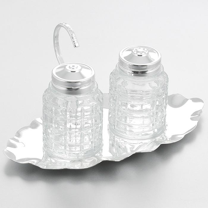 Набор для специй Queen Anne, 3 предметаАн 0/5985Набор для специй Queen Anne состоит из солонки, перечницы и изящной подставки. Емкости выполнены из граненого стекла и оснащены крышками с прорезями. Благодаря своим небольшим размерам набор не займет много места на вашей кухне. Емкости легки в использовании: стоит только перевернуть их, и вы с легкостью сможете добавить соль и перец по вкусу в любое блюдо. Подставка и крышки емкостей выполнены из высококачественной стали с серебрением. Набор для специй Queen Anne станет украшением вашего стола. Изделия из стали покрыты устойчивым от потускнения лаком. Изредка мойте в мыльной воде. Не применять средства для чистки серебра - это уничтожит лаковое покрытие.