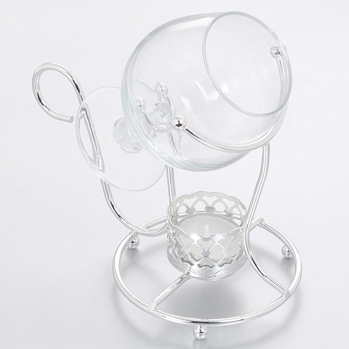 Нагреватель для бренди Queen AnneАн 0/6849Нагреватель для бренди Queen Anne выполнен из углеродистой стали с серебрением. Он представляет собой изящную подставку для бокала со свечой в основании. Свеча будет медленно нагревать напиток, увеличивая концентрацию ароматов в бокале. К подставке прилагается классический бокал для бренди, выполненный из качественного стекла. Изделие покрыто устойчивым от потускнения лаком. Изредка мойте в мыльной воде. Не применять средства для чистки серебра - это уничтожит лаковое покрытие. Характеристики: Материал: сталь, стекло. Размер нагревателя: 17 см х 10 см х 13 см. Диаметр бокала по верхнему краю: 5,5 см. Высота бокала: 11 см. Размер упаковки: 17 см х 11 см х 16,5 см. Изготовитель: Великобритания. Артикул: Ан 0/6849.