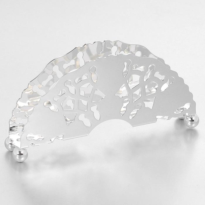 Салфетница Queen AnneАн 0/6867Салфетница Queen Anne, выполненная из высококачественной стали с серебрением, оформлена оригинальной перфорацией. Такая салфетница станет удобным и незаменимым помощником на вашем обеденном столе. Изделие покрыто устойчивым от потускнения лаком. Изредка мойте в мыльной воде. Не применять средства для чистки серебра - это уничтожит лаковое покрытие. Характеристики: Материал: сталь. Размер салфетницы: 10 см х 4,5 см х 1,7 см. Размер упаковки: 12 см х 6,5 см х 3 см. Изготовитель: Великобритания. Артикул: Ан 0/6867.