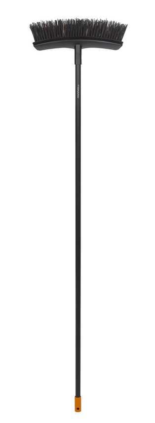 Метла универсальная садовая Fiskars Solid, ширина 38 см, длина 159 см135541Универсальная метла Fiskars Solid подходит для уборки вашего двора от листьев и мусора. Изогнутая форма метлы позволяет одним движением собирать всю грязь без остатка. Удобная форма и легкий вес метлы позволит выполнить осеннюю уборку в считанные мгновенья. Особенности метлы: Подходит для всех задачах по уборке сада круглый год Fiskars PowerClean - это комбинации толстой и тонкой щетины для эффективной уборки