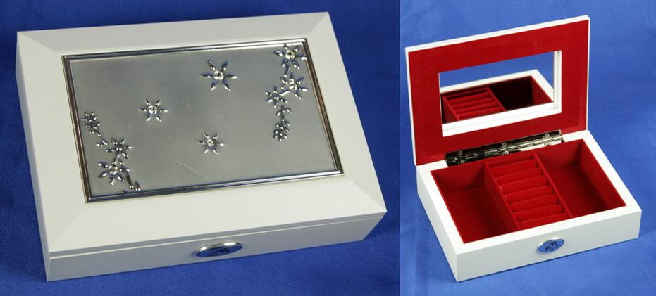 Шкатулка ювелирная Moretto, цвет: белый, 17,5 см х 12,5 см х 4 см. 3987339873Ювелирная шкатулка Moretto, выполненная из МДФ и алюминия, украсит интерьер любого помещения и позволит компактно и удобно хранить ювелирные изделия и бижутерию. Внутри шкатулки предусмотрены два отделения, разделенные валиком для хранения колец; на внутренней стороне крышки расположено зеркало. Внутренняя поверхность шкатулки оформлена бархатистым текстилем, выполненным под замшу, что придает шкатулке шарм и изысканность. Нижняя часть шкатулки с внешней стороны также обтянута бархатистым текстилем, что предотвращает истирание поверхности стола. Классический дизайн и функциональность делают шкатулку Moretto практичным и стильным подарком для любой женщины.