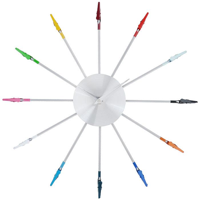 Часы настенные Прищепки. 9404895048Настенные часы Прищепки - это функциональное устройство, которое оригинально украсит интерьер. Часы по кругу декорированы разноцветными прищепками и оснащены двумя стрелками - часовой и минутной. Изделие выполнено из металла. Часы легко можно подвесить в удобном для вас месте. Кроме того, такие настенные часы могут стать отличным подарком для ценителя ярких и качественных вещей.