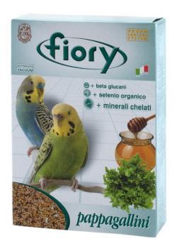 Смесь Fiory Pappagallini для волнистых попугаев, 1 кг06020Смесь для волнистых попугаев Fiory Pappagallini, как и все смеси Fiory, содержит девять видов семян, обеспечивающих сбалансированный и разнообразный рацион для волнистых попугайчиков. Кроме обычных, общеизвестных семян, также есть очень редкие семена сафлора. Сафлор дает довольно маслянистые семена, которые в Азии употребляют в пищу. Семена облегчают запоры, а также улучшаю пигментацию. Эта смесь, наряду с другими продуктами Fiory, также была обогащена медом и растительными гранулами. Другой характеристикой смеси является добавление гранул, богатых: бета-глюканами. Представляют собой линейные цепочки глюкозы, стимулирующие иммунную систему в целом; органическим селеном. Это очень важный минерал, активно участвующий в защите клеточных мембран и волоконец, которые соединяют между собой клетки; келатными минералами. Обладают многообразным иммуностимулирующим действием, способствующим развитию клеток. Состав: желтое просо,...