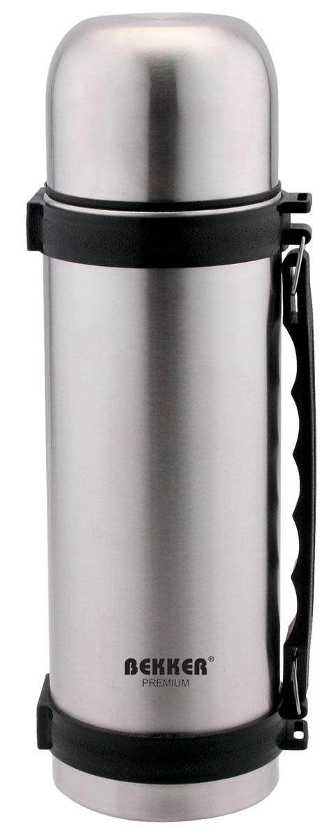 Термос Bekker Premium, 0,75 лBK-4096Термос Bekker Premium, предназначенный для хранения напитков, первых и вторых блюд, выполнен из высококачественной нержавеющей стали 18/10. Вакуумная система и двойные стенки термоса обеспечивают длительное сохранение температуры содержимого (термос поддерживает температуру: 6 часов - 70°С, 12 часов - 56°С, 24 часа - 40°С). Винтовая пластиковая пробка с кнопкой не позволит жидкости разлиться. Удобная ручка термоса позволяет комфортно переносить его, в комплект также входит регулируемый по длине текстильный ремень. Крышка завинчивается. Не подходит для использования в посудомоечной машине. Характеристики: Материал: пластик, нержавеющая сталь. Объем термоса: 0,75 л. Размер термоса (В х Ш х Д): 27 см х 8,5 см х 8,5 см. Размер упаковки: 27 см х 9 см х 9 см. Изготовитель: Китай. Артикул: BK-4096.