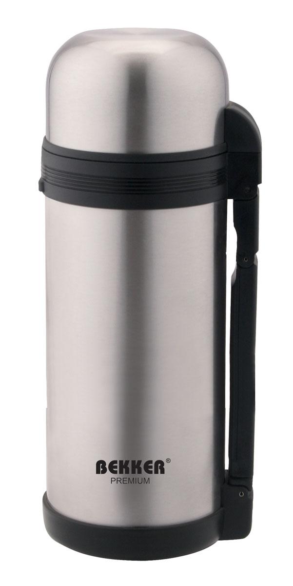 Термос Bekker Premium, с широким горлом, 1,8 лBK-4105Термос Bekker Premium, предназначенный для хранения напитков, первых и вторых блюд, выполнен из высококачественной нержавеющей стали 18/10. Вакуумная система и двойные стенки термоса обеспечивают длительное сохранение температуры содержимого (термос поддерживает температуру: 6 часов - 76°С, 12 часов - 64°С, 24 часа - 49°С). Винтовая пластиковая пробка не позволит жидкости разлиться. Термос оснащен дополнительной пластиковой чашкой белого цвета. Удобная ручка термоса позволяет комфортно переносить его, в комплект также входит регулируемый по длине текстильный ремень. Крышка завинчивается. Не подходит для использования в посудомоечной машине. Характеристики: Материал: пластик, нержавеющая сталь. Объем термоса: 1,8 л. Размер термоса (В х Ш х Д): 35 см х 11 см х 11 см. Размер упаковки: 35,5 см х 11 см х 12 см. Артикул: BK-4105.