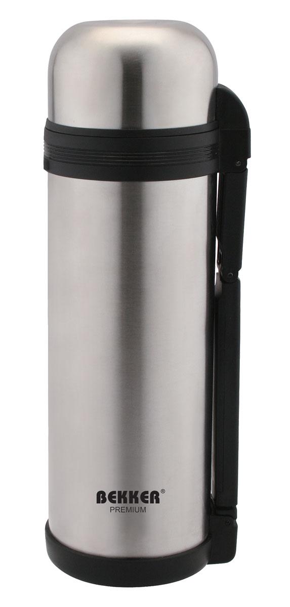 Термос Bekker Premium, с широким горлом, 1,2 лBK-4103Термос Bekker Premium, предназначенный для хранения напитков, первых и вторых блюд, выполнен из высококачественной нержавеющей стали 18/10. Вакуумная система и двойные стенки термоса обеспечивают длительное сохранение температуры содержимого (термос поддерживает температуру: 6 часов - 73°С, 12 часов - 58°С, 24 часа - 42°С). Винтовая пластиковая пробка не позволит жидкости разлиться. Термос оснащен дополнительной пластиковой чашкой белого цвета. Удобная ручка термоса позволяет комфортно переносить его, в комплект также входит регулируемый по длине текстильный ремень. Крышка завинчивается. Не подходит для использования в посудомоечной машине.