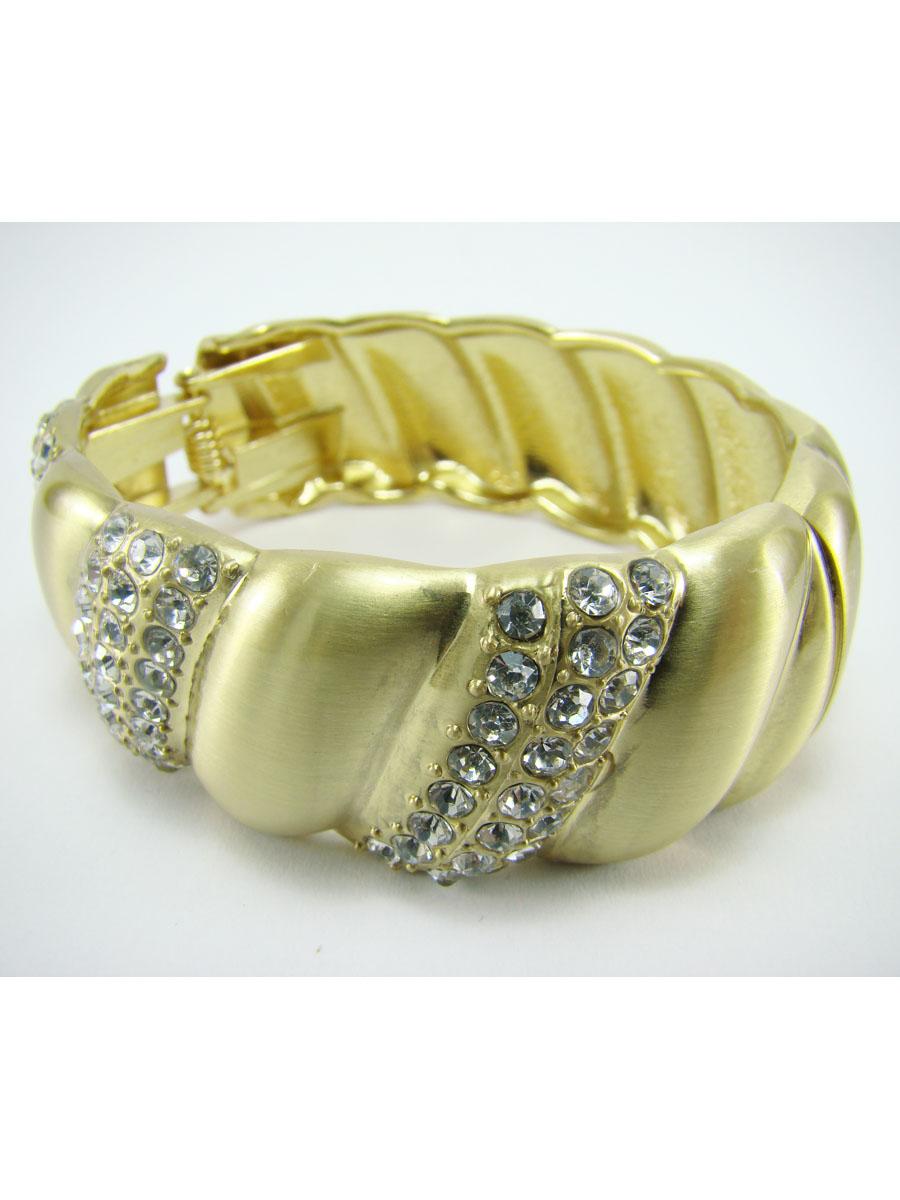 Браслет Taya, цвет: золотистый. T-B-7048-BRAC-GOLDT-B-7048-BRAC-GOLDОригинальный браслет Taya выполнен из металла и декорирован стразами. Браслет соединяется пружиной, благодаря чему его легко надевать и снимать. Браслет Taya позволит вам с легкостью воплотить самую смелую фантазию и создать собственный, неповторимый образ. Характеристики: Материал: металл, стразы. Диаметр браслета: 6,5 см. Ширина браслета: 2,5 см. Артикул: T-B-7048-BRAC-GOLD.