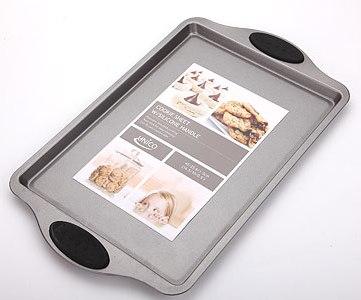 Форма для выпечки Unico, 42 см х 26 смMN4102Прямоугольная форма для выпечки Unico изготовлена из высококачественной пищевой стали и покрыта слоем керамики, что предотвращает пригорание пищи. Удобные ручки оснащены силиконовыми вставками черного цвета. Форма выдерживает температуру до 230°C. Простая в уходе и долговечная в использовании форма для выпечки Unico будет верной помощницей в создании ваших кулинарных шедевров. Не подвергайте форму для выпечки воздействию прямого огня или плиты. Использовать только в духовке. Не подходит для использования в микроволновой печи. Не используйте металлические или заостренные лопатки для смешивания или вынимания пищи из формы. Рекомендуется мыть руками без применения абразивных моющих средств. Характеристики: Материал: пищевая сталь, силикон, керамика. Внутренний размер формы: 33 см х 23 см. Размер формы (с учетом ручек): 42 см х 26 см. Высота стенки: 1,5 см. Толщина стенки: 0,6 см. ...