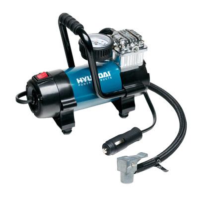 Компрессор Hyundai. HY 45HY 45Компрессор Hyundai предназначен для накачивания автомобильных, мотоциклетных и велосипедных шин, надувного спортинвентаря. Современный, удобный и простой в применении компрессор с расширенной комплектацией - игла для накачки мячей, насадки для надувных изделий, сумка для хранения. Работает от гнезда прикуривателя с напряжением 12 В. Особенности компрессора: Профессиональный компрессор с прямым приводом Мощный электродвигатель Алюминиевые ребра охлаждения Манометр ATM/PSI Разработан для подкачки шин Комплект насадок Характеристики: Материал: пластик, металл. Размер компрессора: 17,5 см x 8,5 см x 12 см. Напряжение: 12 V. Время накачивания колеса размером R15/195/60 до 2,3 АТМ: 2,5 мин. Рабочий ток: 15 А. Время непрерывной работы: 30 мин. Размер упаковки: 20 см x 13,5 см x 12,5 см. Производитель: Китай.