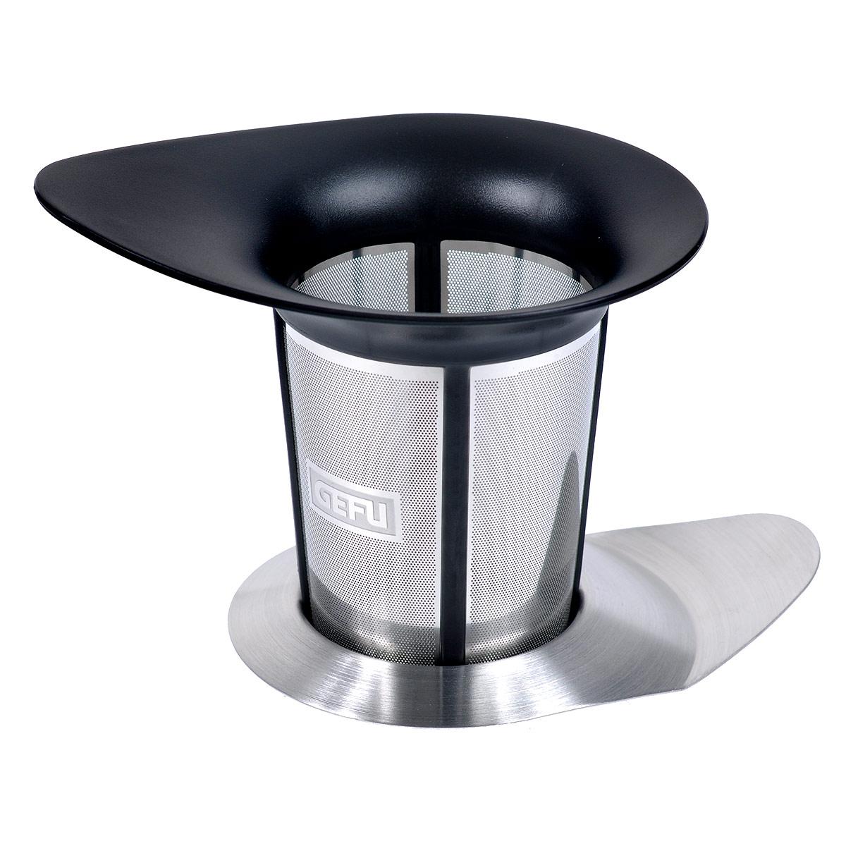 Сито для заваривания чая Gefu Армониа12900Сито Gefu Армониа, выполненное из высококачественного пластика черного цвета и нержавеющей стали прекрасно подойдет для заваривания чая прям в чашке. Насладитесь неповторимой чайной церемонией, используя фильтр Армониа, который можно поместить в чашку или в чайник. Несмотря на большой объем, Армониа обеспечивает насыщенный аромат и прекрасный вкус, так как имеет особую структуру микрофильтрации. Любители чая непременно оценят изящную и функциональную крышку из нержавеющей стали, которая сохранит аромат, а так же пригодится как подставка, на которую можно поместить фильтр после использования. Можно мыть в посудомоечной машине. Характеристики: Материал: высококачественный пластик, нержавеющая сталь. Размер сито: 12 см х9 см х 9,3 см. Размер крышки: 11,5 см х 8 см х 1 см. Цвет: серебристый, черный. Артикул: 12900.
