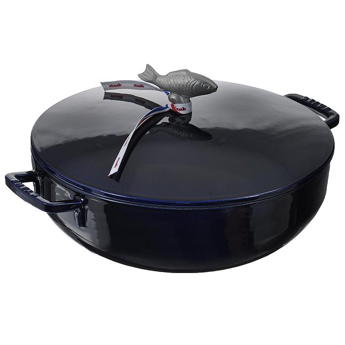 Сотейник чугунный Zwilling Staub, цвет: темно-синий, 4,65 л. Диаметр 28 см1112991Сотейник Zwilling Staub выполнен из чугуна с внутренним эмалевым покрытием черного и внешним эмалевым покрытием темно-синего цвета. Эмалированный чугун представляет собой сплав железа, насыщенный углеродом и покрытый эмалью на основе стекла. Это один из материалов, который лучше всего сохраняют тепло, медленно его проводит и равномерно распределяет. Эмалированная посуда так же хорошо сохраняет и холод, для этого достаточно поставить блюдо в холодильник перед его подачей на стол. Внутри кастрюля покрыта эмалью матово-черного цвета. Эта высшего качества эмаль позволяет обеспечить лучшее сопротивление перепадам температуры и образованию царапин, а также облегчает уход за посудой. Эмалевое покрытие обладает идеальными качествами для запекания, жарки и карамелизования пищевых продуктов. Сотейник оснащен удобной крышкой с шипами Picots. Это эксклюзивное инновационное решение позволяет каплям конденсата равномерно орошать готовящееся блюдо. Мясо остается таким же нежным, а...