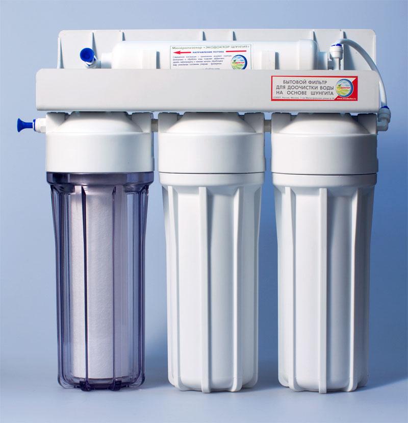 Фильтр для воды ЭкоДоктор Стандарт-3240701ЭкоДоктор Стандарт-3 - система очистки воды под кухонную мойку. Устраняет механические загрязнения (ржавчину, песок, примеси), органические загрязнения, хлор, умягчает воду, заменяя ионы кальция и магния на ионы натрия, улучшает вкус и удаляет запах воды. В зависимости от вида загрязнений возможно использование комбинаций механических, специализированных и угольных картриджей. Система проточная, поэтому очищенная вода сразу же выводится на дополнительный кран, входящий в комплект фильтра. Напор очищенной воды не требует накопительных емкостей, что значительно сэкономит место под раковиной. В комплект входят соединительные элементы, краник и ключ.