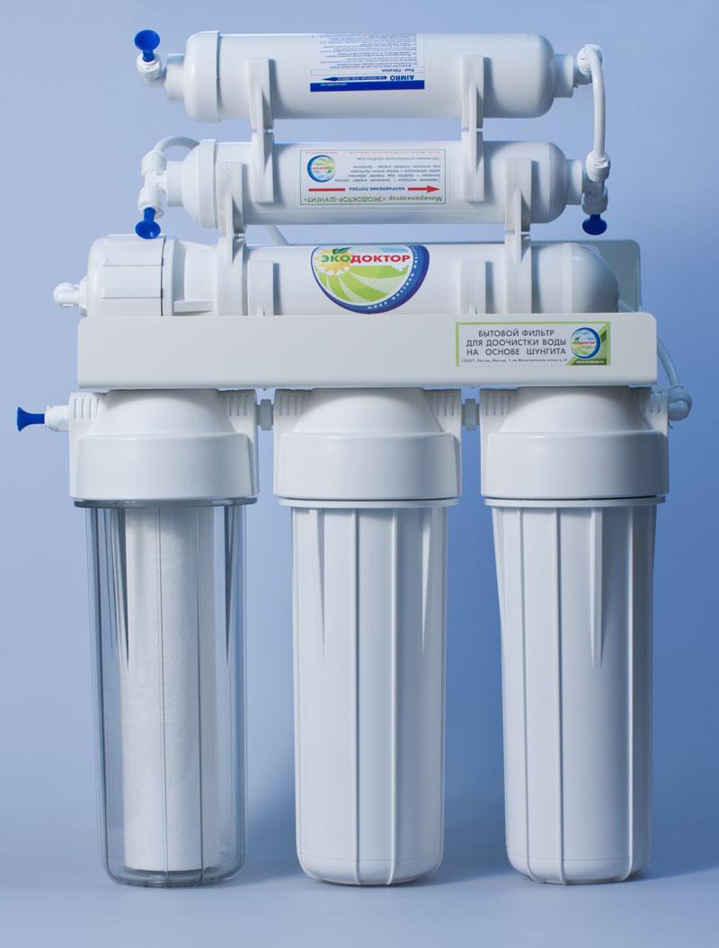 Система обратного осмоса ЭкоДоктор Стандарт-6360701Система обратного осмоса Экодоктор Стандарт 6 - шестиступенчатая система с минерализатором, состоящая из трех ступеней предварительной очистки, мембраны обратного осмоса, минерализатора с шунгитом и минерализатора который обогащает воду необходимыми человеческому организму минералами и микроэлементами. Система устраняет нерастворенные в воде загрязнения механического типа, такие как: ржавчина, песок и т.п. Мембрана осмотическая удаляет до 96-99% органических примесей, хлора, бактерий и вирусов содержащихся в воде. Минерализатор с шунгитом ускоряет дезактивацию и разрушение содержащихся в воде вредных для организма человека органических соединений (фенолов, смол, кислот, спиртов, гуминовых веществ, газов и др.). Шунгитовая вода характеризуется высокой чистотой, богатым минеральным составом, необычной молекулярной структурой, оказывает оздоравливающее и омолаживающее действие на все системы человеческого организма. Под действием давления на поверхности мембраны...