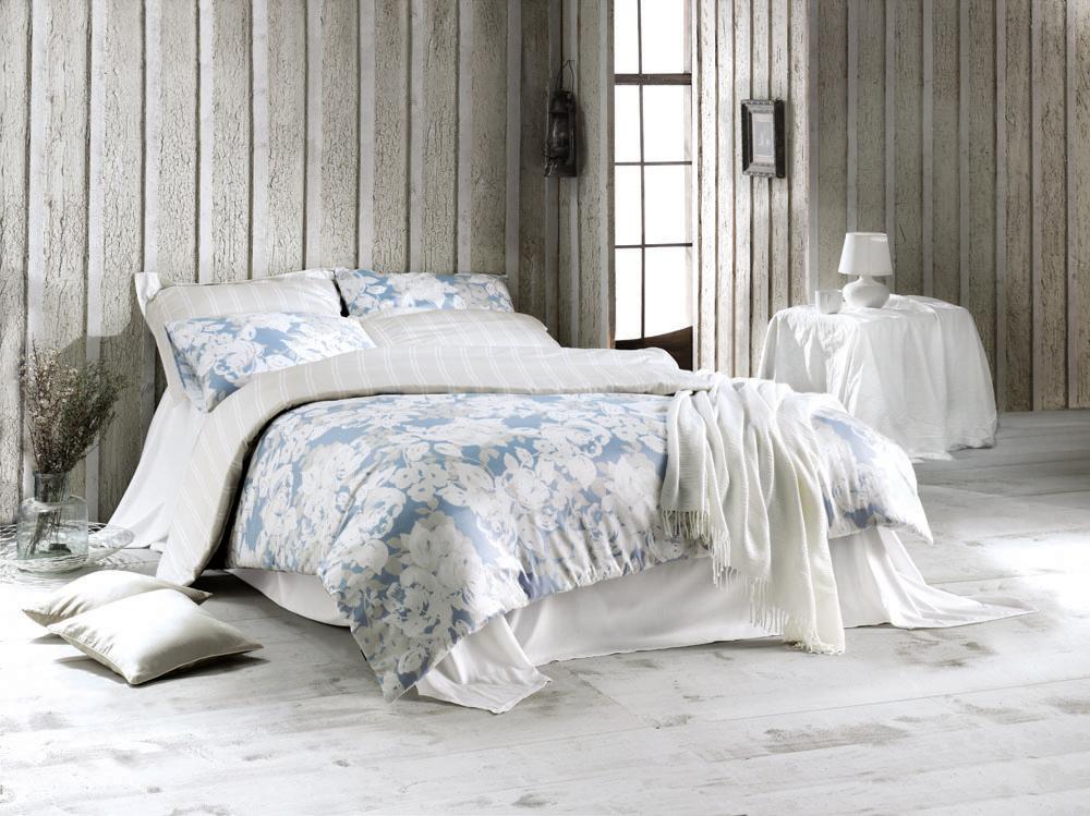 Комплект белья Deco Rose (евро КПБ, сатин, 4 наволочки 50х70), цвет: бело-голубойDeco RoseКомплект постельного белья Deco Rose, изготовленный из сатина высокого качества, поможет вам расслабиться и подарит спокойный сон. Комплект состоит из одного пододеяльника, простыни и четырех наволочек. Постельное белье Deco Rose выполнено в нежных бело-голубых тонах и оформлено стильным цветочным принтом. Белье сшито из сатина - блестящей и плотной ткани, которая изготавливается из крученой хлопковой нити двойного плетения, что придает ей яркость и блеск. Своими свойствами он схож с шелком и кашемиром. Сатин из египетского хлопка отличает от остальных отсутствие линта (хлопкового пуха), поэтому со временем белье не обрастает катышками! Это белье выдерживает более 300 стирок, не теряя своей первоначальной прелести и не тускнея, и его практически не нужно гладить! Благодаря такому комплекту постельного белья вы сможете создать атмосферу роскоши и романтики в вашей спальне. Характеристики: Цвет: бело-голубой. Материал: поверхностная...