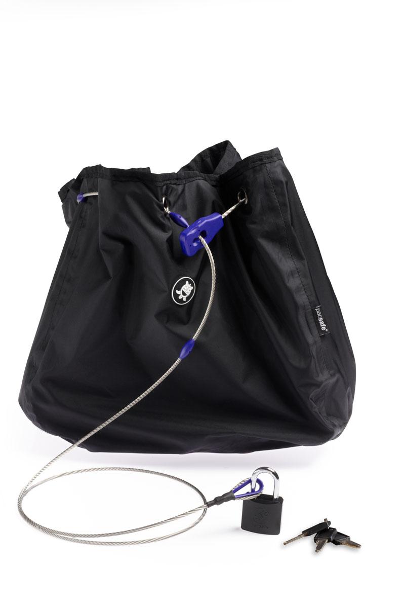 Сумка с тросом PacSafe C25L Stealth, цвет: черныйPD102BKЧехол с водостойким покрытием, обеспечивает сохранность ваших вещей. Предусмотрена защита от перерезания и приспособления для крепления к неподвижным предметам. Как и изделия оригинальной запатентованной серии pacsafe, эти чехлы рассчитаны на сумки объемом 25 литров. При этом уменьшенный проем позволяет надежно защитить вещи от воров.